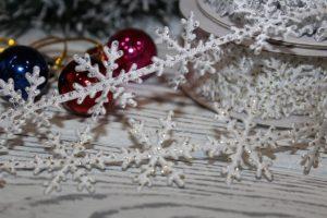 """Ленты (2,5см) фигурные """"снежинки с блёстками"""""""